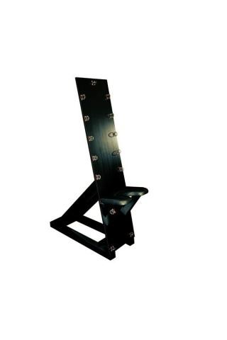Дървена стойка за връзване с кожено седло - перфектна за ценители на нестандартното.